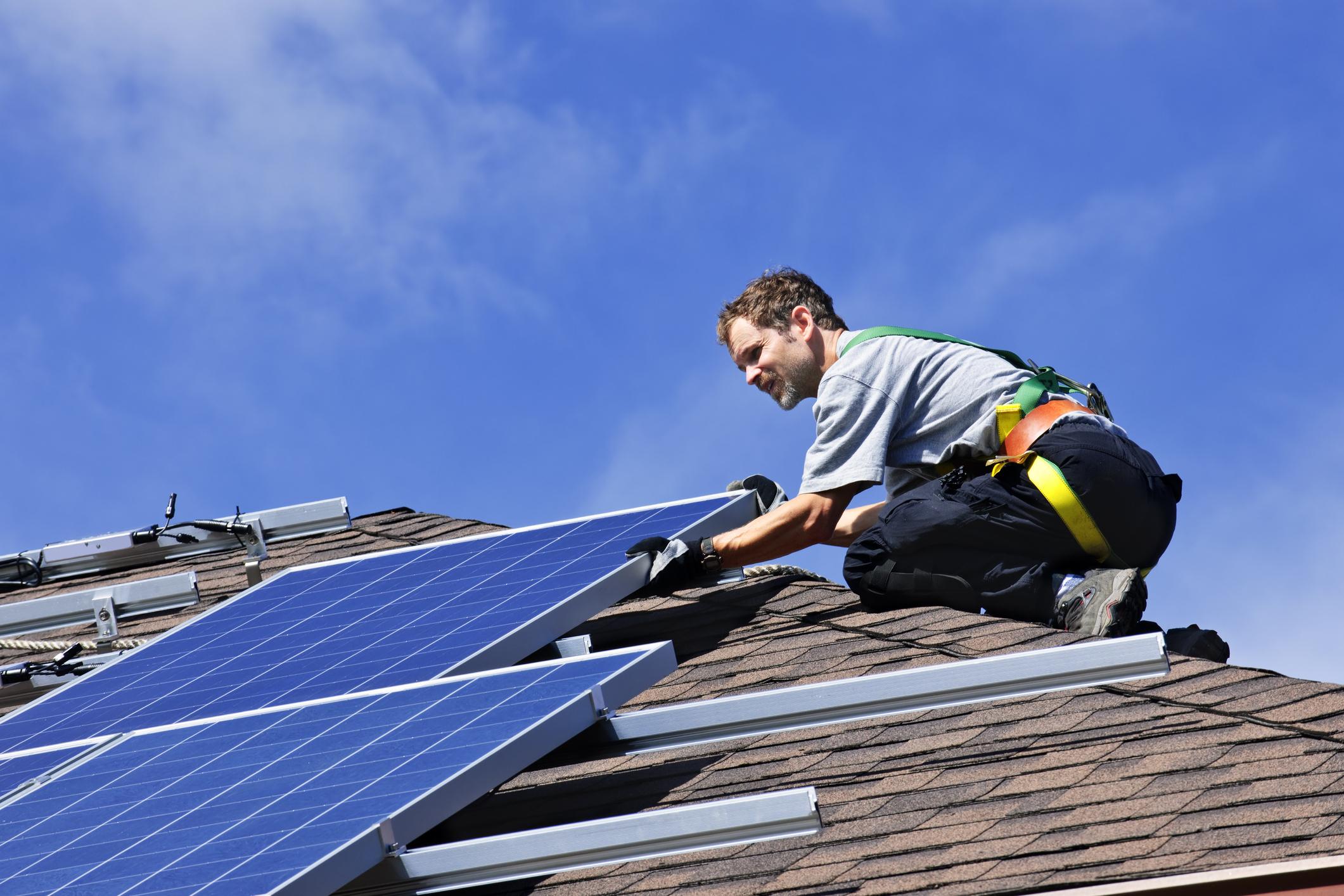 Installation panneaux photovoltaïques en surimposition toit en pente incliné Energreen