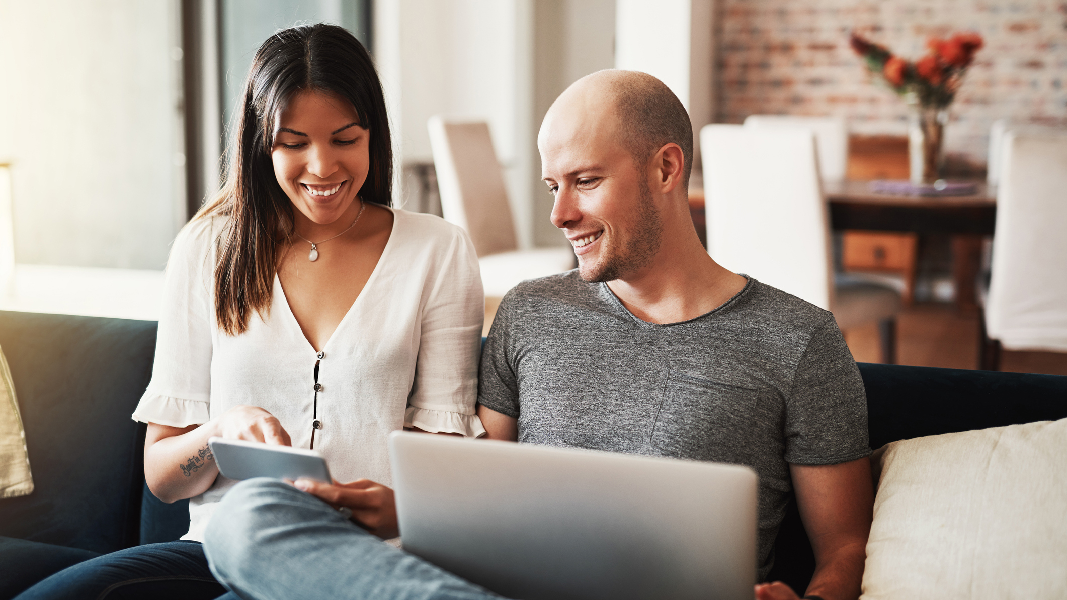 Jeune couple souriant ayant investi sereinement avec Energreen