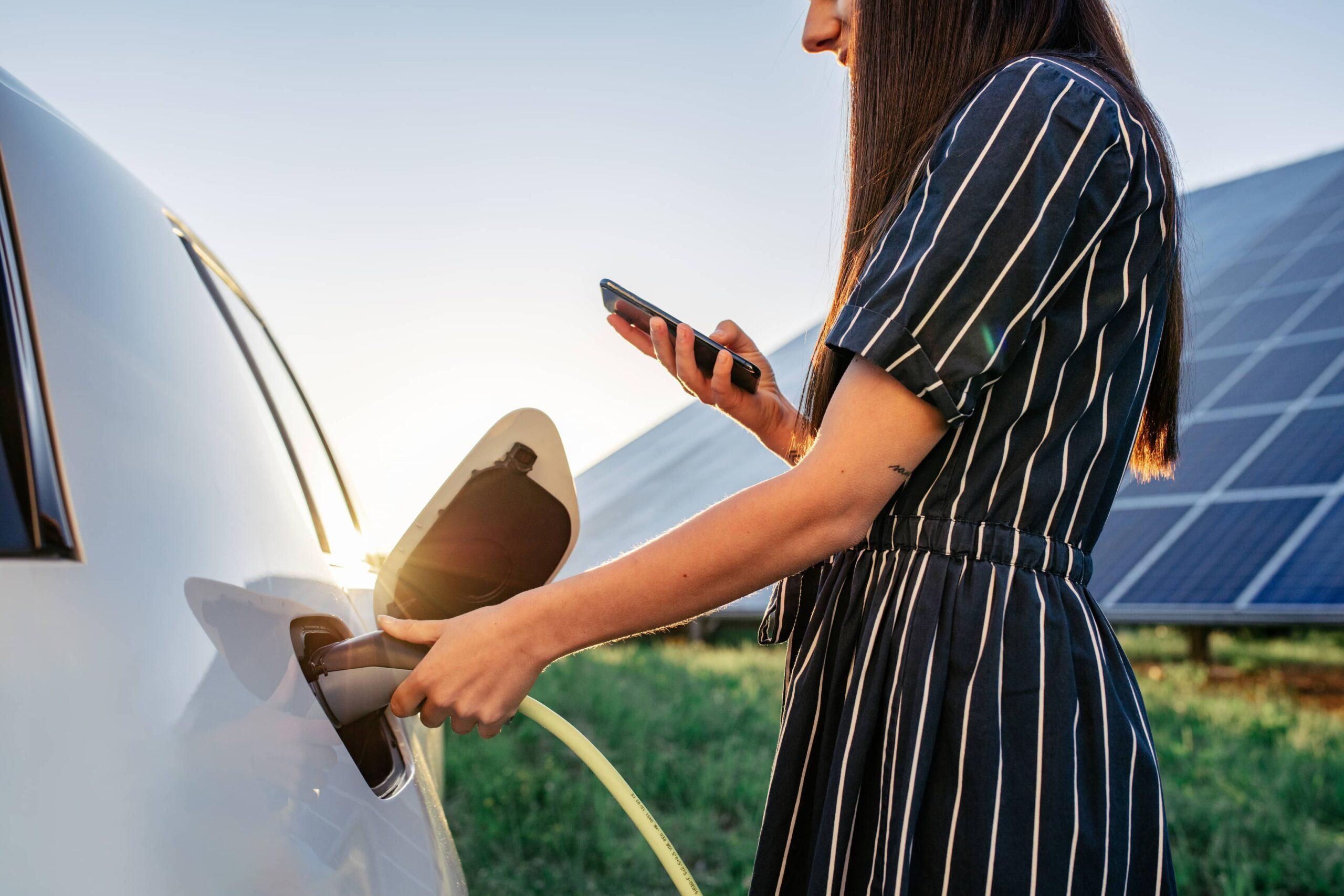 Chargement d'une voiture électrique avec des panneaux solaires | Energreen